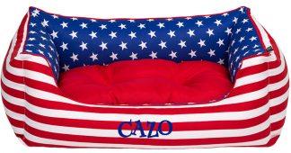 Pelech Cazo Print it USA, je pelech pre odvážnych milovníkov domácich maznáčikov, zároveň spĺňavšetky náročné kritéria potrebné pre pohodlie vášho domáceho maznáčika, ktorými sú kvalita, komfort, moderný dizajn, originalita a jednoduchosť v údržbe.