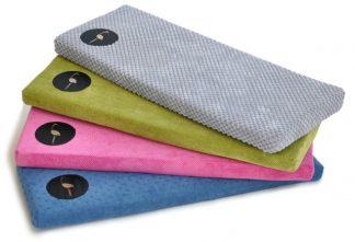 Parapetné odpočívadlo pre mačku alebo psa CLEO Použité materiály: - mäkké a odolné farebné tkaniny so zaujímavými štruktúrami - vysoká odolnosť proti odieraniu - odolná nekĺzavá podložka na spodnej časti - 3 cm polyuretánová pena ako výplň - ne zachytáva srsť a chĺpky Dostupný rozmer: - 50 cm x 20 cm x 3 cm - iné veľkosti sú k dispozícii na požiadanie