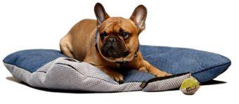 Vankúš pre psa alebo mačku FRIDA Použité materiály: - mäkké a odolné farebné tkaniny so zaujímavými štruktúrami - vysoká odolnosť proti odieraniu - elegantná bavlnená lemovka - vnútorná polyuretánová pena ako výplň - ne zachytáva srsť a chĺpky - odnímateľný poťah pomocou zipsu - 8 farebných kombinácií a v každej 3 dostupné veľkosti Dostupné rozmery vankúšov: XL : 100cm x 80cm,pre psov plemien ako sú Labrador Retriever,Nemecký ovčiak, Alaskan Husky, Alaskan Malamute, Mastiff, Boxer ... M : 85cm x 65cm, pre psov plemien ako sú Beagle, Border Collie, anglický buldok, kokršpaněl, Pitbul teriér, jazvečík, francúzsky buldog a pod. S: 70cm x 50cm, pre psíkov malých plemien, šteňatá, mačky