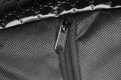 Pelech pre psa Black Diamond šedá s praktickým a snímateľným poťahom je vyrobený z materiálu odolného proti poškodeniu od pazúrikov psíkov alebo mačiek. Jednoduchá údržba napomôže udržiavať pelech a hlavne váš interiér v čistote. Pelech tvorí jedinečnú izoláciu proti chladu z podlahy a zároveň zaisťuje jeho dostatočnú priedušnosť. Snímateľný poťah je možné prať ručne alebo v automatickej práčke. Dostupný v dvoch veľkostiach : S - veľkosť BD02/B: 65 x 50 cm M - veľkosť BD02/C: 75 x 60 cm