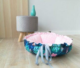 Pelech pre psa a mačku DAISY | ružová Tropik outdoor. Kvaltiný pelech pre psa a mačku odolný vočí vode, 2 dostupné veľkosti, možnosť prať v práčke pri 30°C.